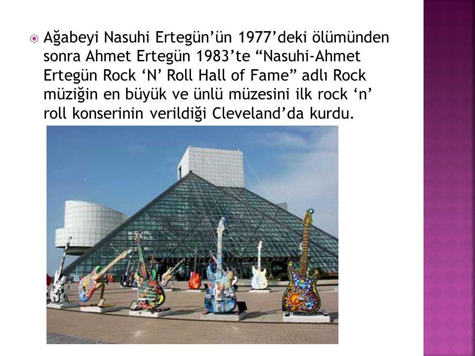 """ Ağabeyi Nasuhi Ertegün'ün 1977'deki ölümünden sonra Ahmet Ertegün 1983'te """"Nasuhi-Ahmet Ertegün Rock 'N' Roll Hall of Fame"""" adlı Rock müziğin en büy"""