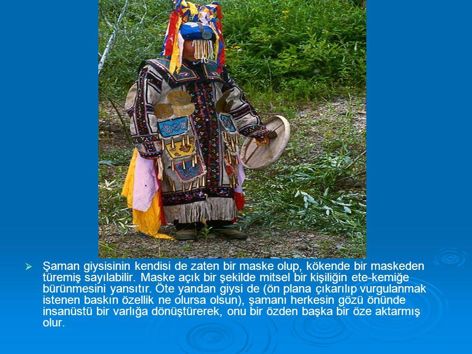   Şaman giysisinin kendisi de zaten bir maske olup, kökende bir maskeden türemiş sayılabilir. Maske açık bir şekilde mitsel bir kişiliğin ete-kemiğe