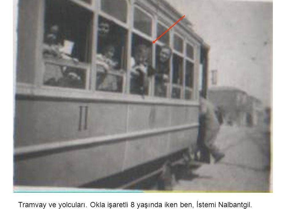 Tramvay ve yolcuları. Okla işaretli 8 yaşında iken ben, İstemi Nalbantgil.