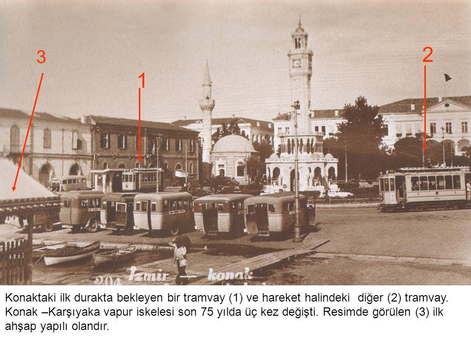 Konaktaki ilk durakta bekleyen bir tramvay (1) ve hareket halindeki diğer (2) tramvay. Konak –Karşıyaka vapur iskelesi son 75 yılda üç kez değişti. Re