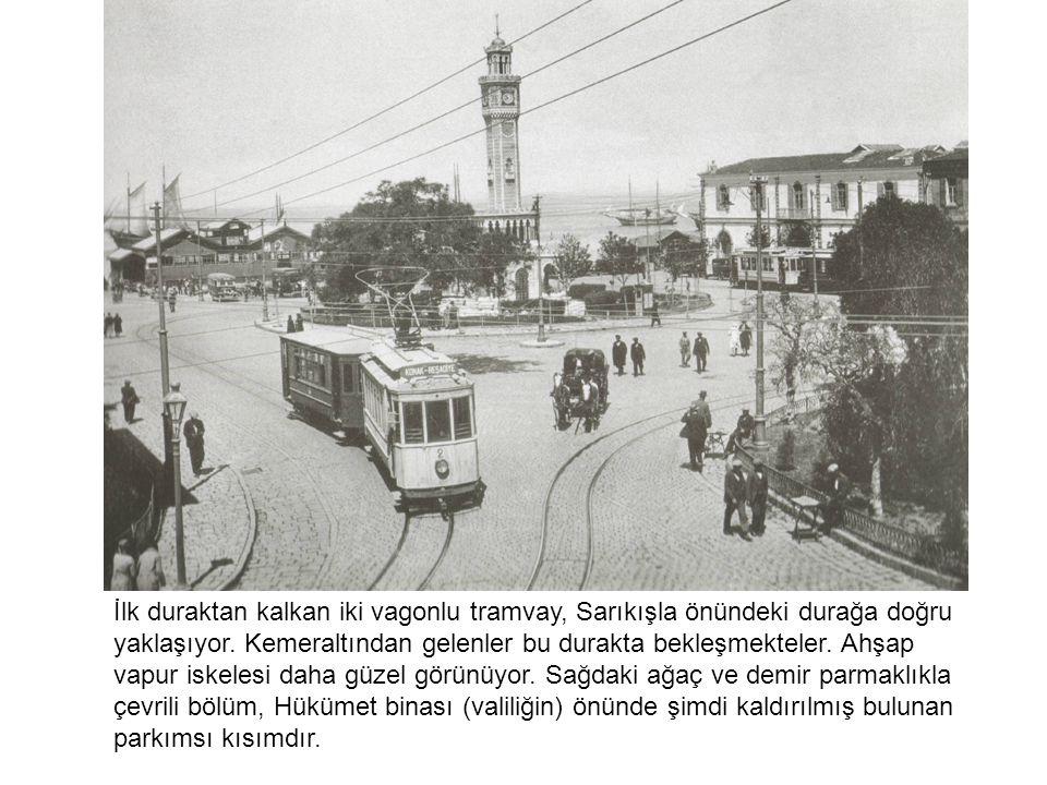 İlk duraktan kalkan iki vagonlu tramvay, Sarıkışla önündeki durağa doğru yaklaşıyor. Kemeraltından gelenler bu durakta bekleşmekteler. Ahşap vapur isk