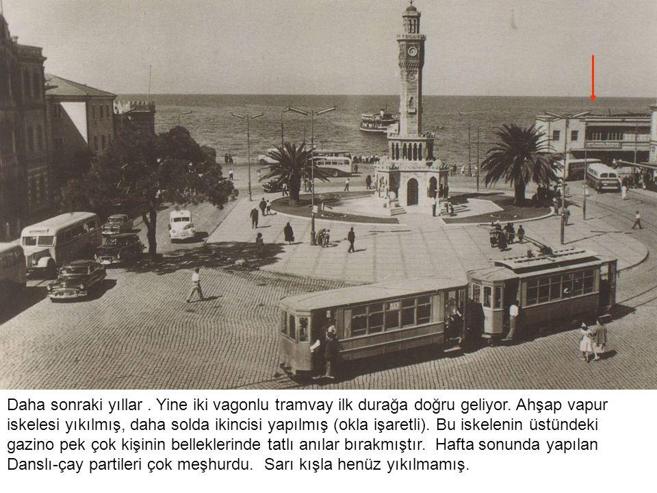 Daha sonraki yıllar. Yine iki vagonlu tramvay ilk durağa doğru geliyor. Ahşap vapur iskelesi yıkılmış, daha solda ikincisi yapılmış (okla işaretli). B