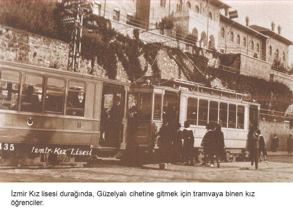 Tramvay Karataş ortaokulu durağından kalkmış Asansöre doğru yol alıyor.
