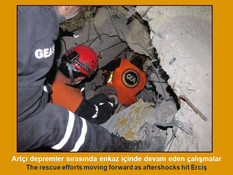 The rescue efforts moving forward as aftershocks hit Erciş Artçı depremler sırasında enkaz içinde devam eden çalışmalar
