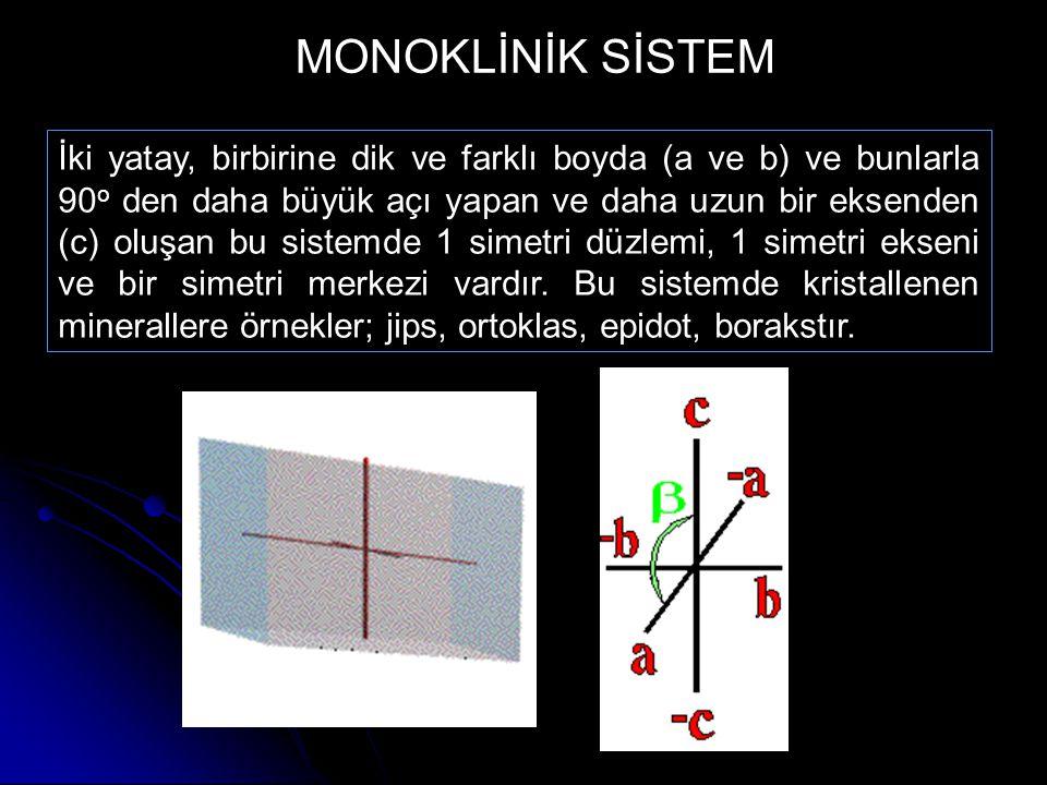 İki yatay, birbirine dik ve farklı boyda (a ve b) ve bunlarla 90 o den daha büyük açı yapan ve daha uzun bir eksenden (c) oluşan bu sistemde 1 simetri