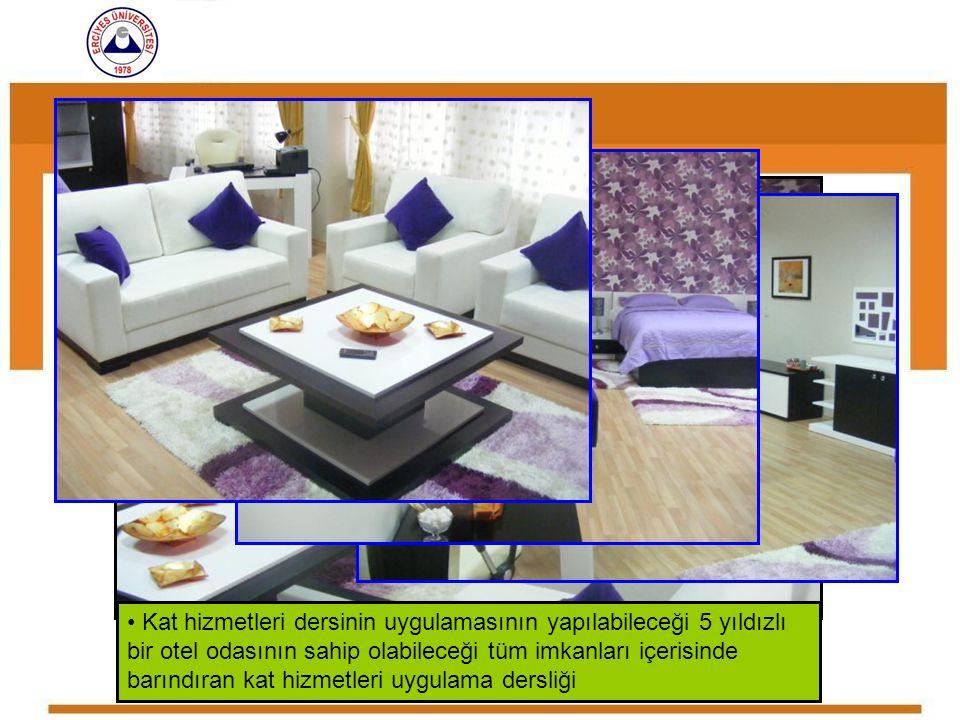 Kat hizmetleri dersinin uygulamasının yapılabileceği 5 yıldızlı bir otel odasının sahip olabileceği tüm imkanları içerisinde barındıran kat hizmetleri