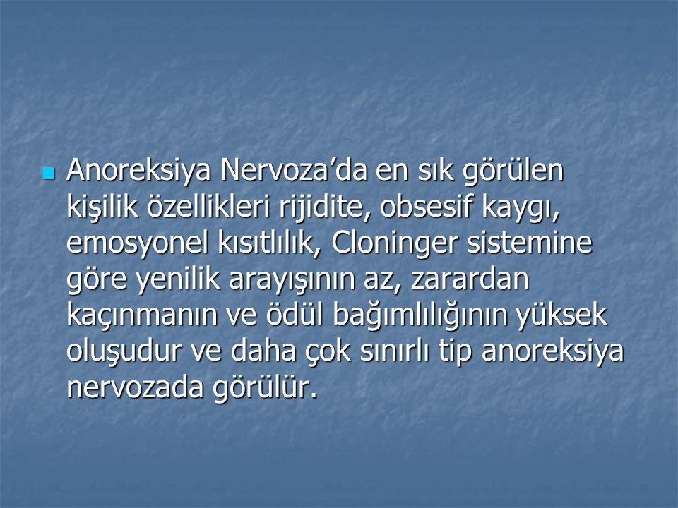 Anoreksiya Nervoza'da en sık görülen kişilik özellikleri rijidite, obsesif kaygı, emosyonel kısıtlılık, Cloninger sistemine göre yenilik arayışının az, zarardan kaçınmanın ve ödül bağımlılığının yüksek oluşudur ve daha çok sınırlı tip anoreksiya nervozada görülür.
