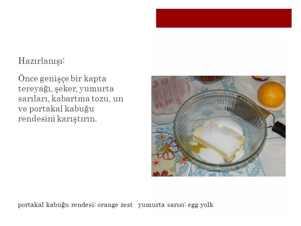 Hazırlanışı: Önce genişçe bir kapta tereyağı, şeker, yumurta sarıları, kabartma tozu, un ve portakal kabuğu rendesini karıştırın.