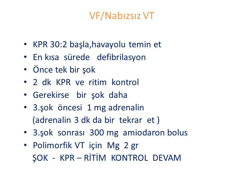 VF/Nabızsız VT KPR 30:2 başla,havayolu temin et En kısa sürede defibrilasyon Önce tek bir şok 2 dk KPR ve ritim kontrol Gerekirse bir şok daha 3.şok öncesi 1 mg adrenalin (adrenalin 3 dk da bir tekrar et ) 3.şok sonrası 300 mg amiodaron bolus Polimorfik VT için Mg 2 gr ŞOK - KPR – RİTİM KONTROL DEVAM