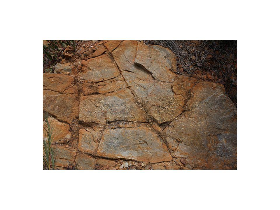 Yastık yapısı: Su altında katılaşan lavların meydana getirdiği yuvarlak veya elipsoidal biçimli yapıya denir.