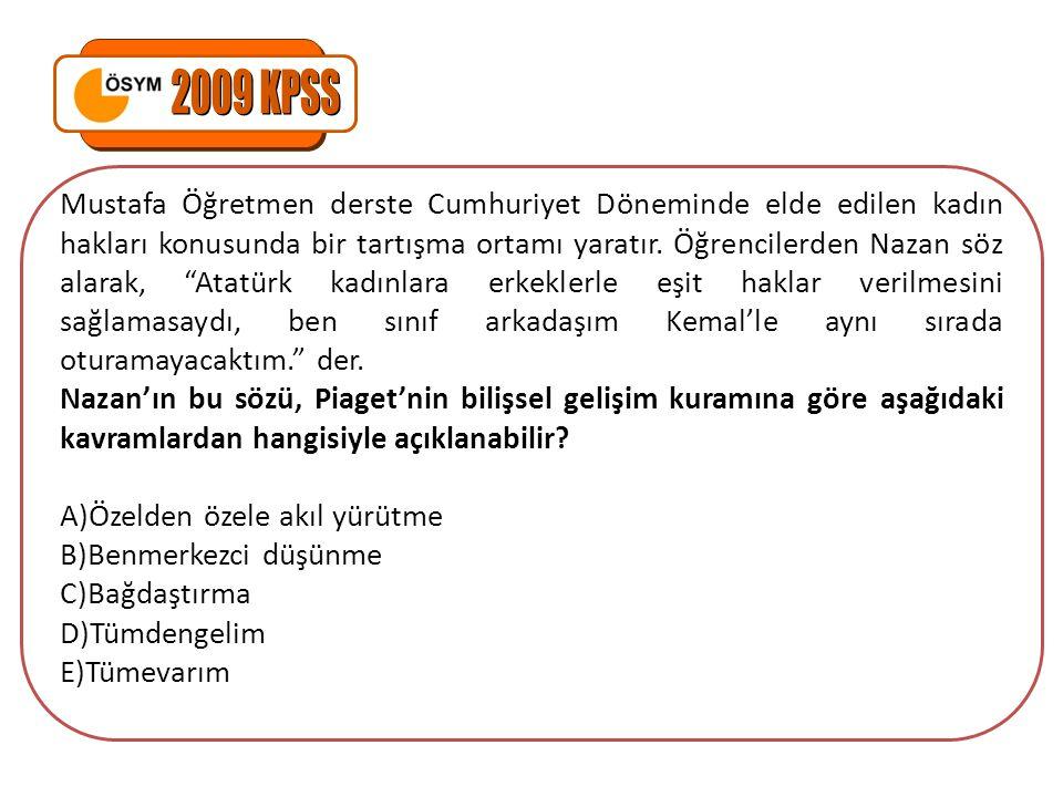 """Mustafa Öğretmen derste Cumhuriyet Döneminde elde edilen kadın hakları konusunda bir tartışma ortamı yaratır. Öğrencilerden Nazan söz alarak, """"Atatürk"""