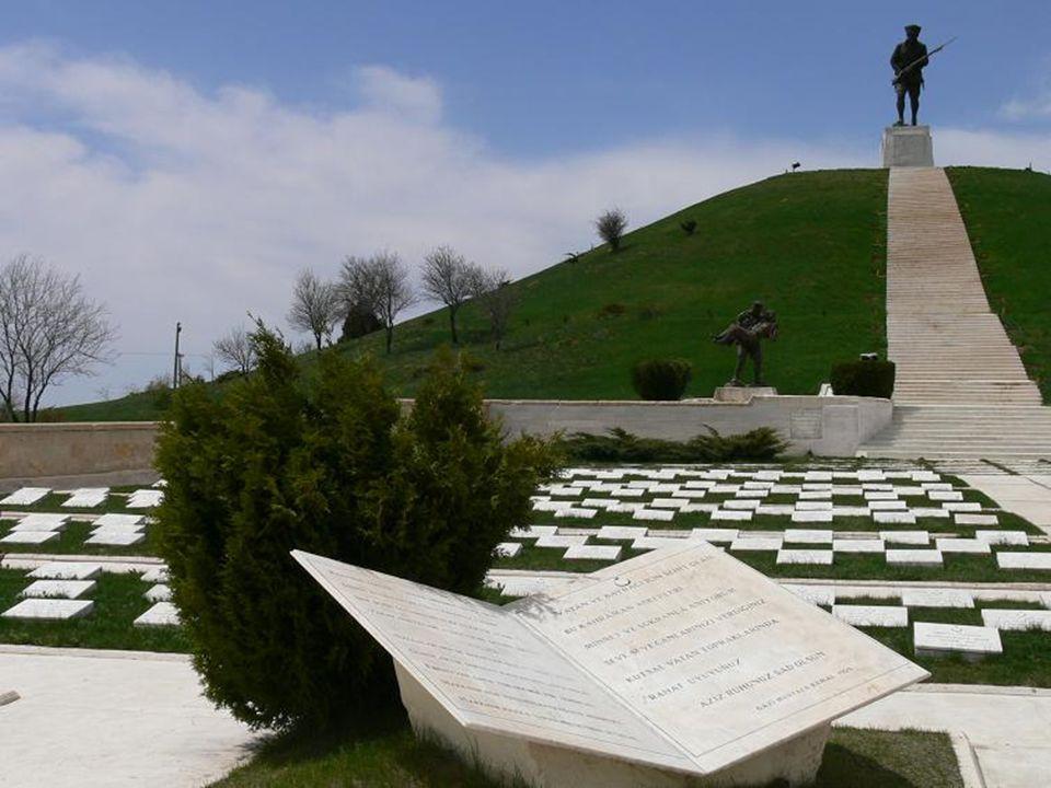 Şehitliğe girince tepenin sol altındaki heykele, bir askerin bir başka askeri taşıdığı heykele, dikkat ettiniz mi?
