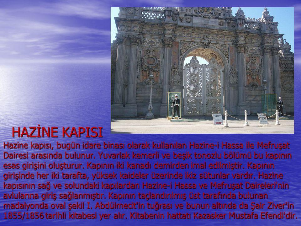HAZİNE KAPISI Hazine kapısı, bugün idare binası olarak kullanılan Hazine-i Hassa ile Mefruşat Dairesi arasında bulunur. Yuvarlak kemerli ve beşik tono