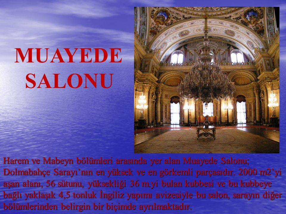 Harem ve Mabeyn bölümleri arasında yer alan Muayede Salonu; Dolmabahçe Sarayı'nın en yüksek ve en görkemli parçasıdır. 2000 m2'yi aşan alanı, 56 sütun