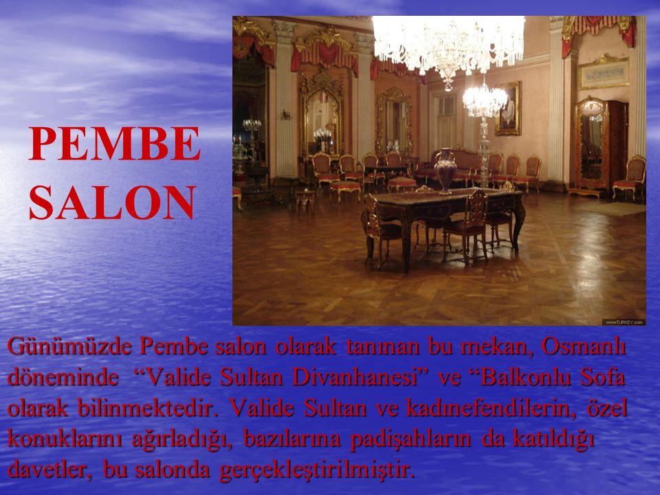 """Günümüzde Pembe salon olarak tanınan bu mekan, Osmanlı döneminde """"Valide Sultan Divanhanesi"""" ve """"Balkonlu Sofa olarak bilinmektedir. Valide Sultan ve"""