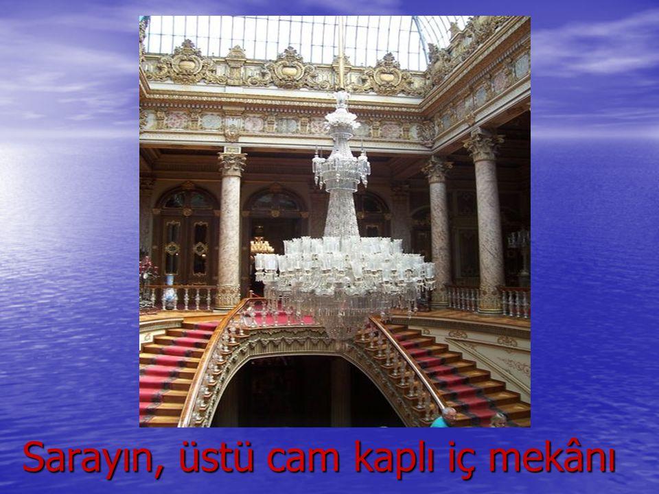 Sarayın, üstü cam kaplı iç mekânı