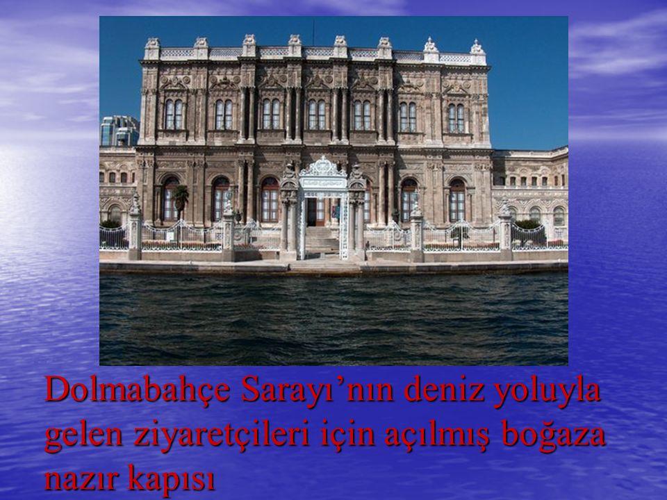 Dolmabahçe Sarayı'nın deniz yoluyla gelen ziyaretçileri için açılmış boğaza nazır kapısı