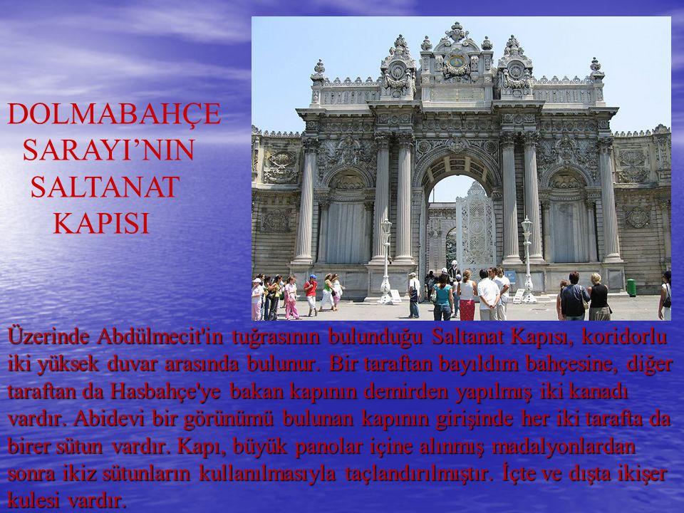 Üzerinde Abdülmecit'in tuğrasının bulunduğu Saltanat Kapısı, koridorlu iki yüksek duvar arasında bulunur. Bir taraftan bayıldım bahçesine, diğer taraf