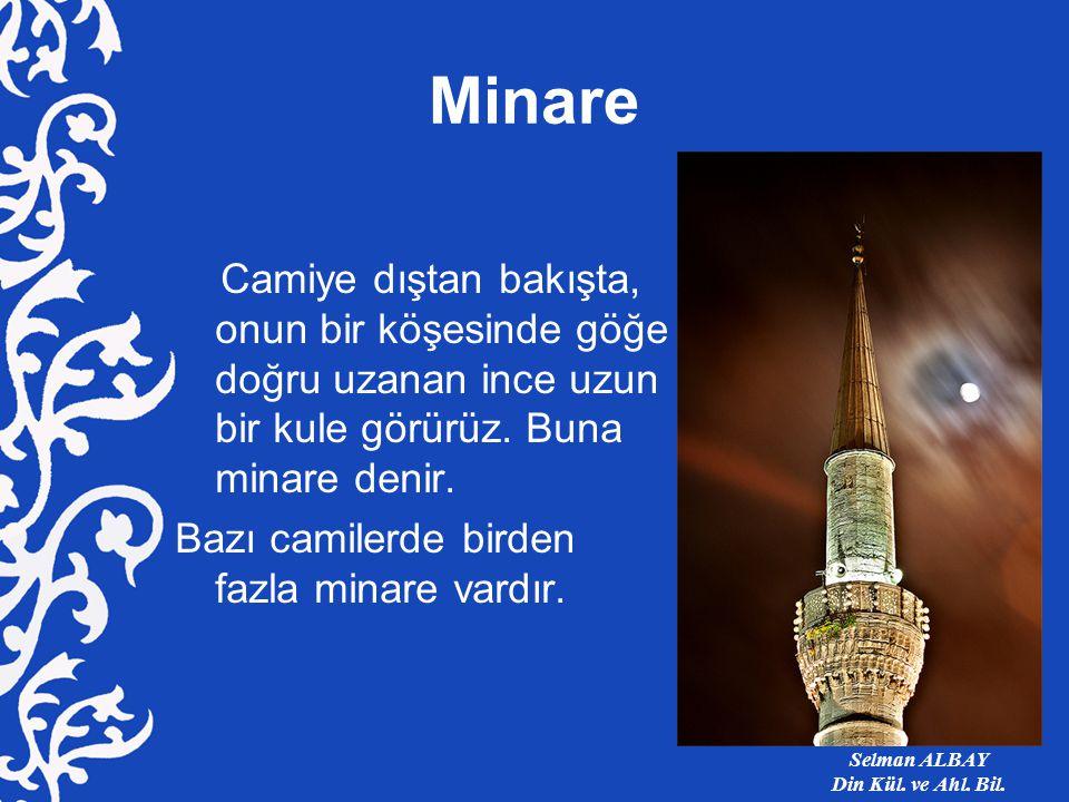 Minare Camiye dıştan bakışta, onun bir köşesinde göğe doğru uzanan ince uzun bir kule görürüz.