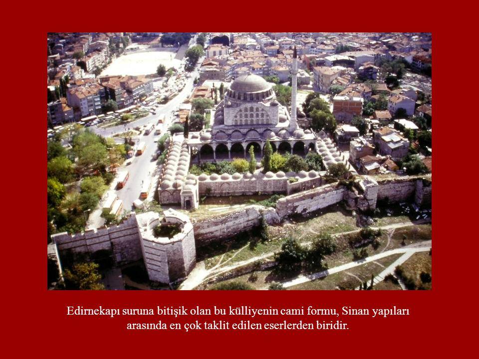 Edirnekapı suruna bitişik olan bu külliyenin cami formu, Sinan yapıları arasında en çok taklit edilen eserlerden biridir.