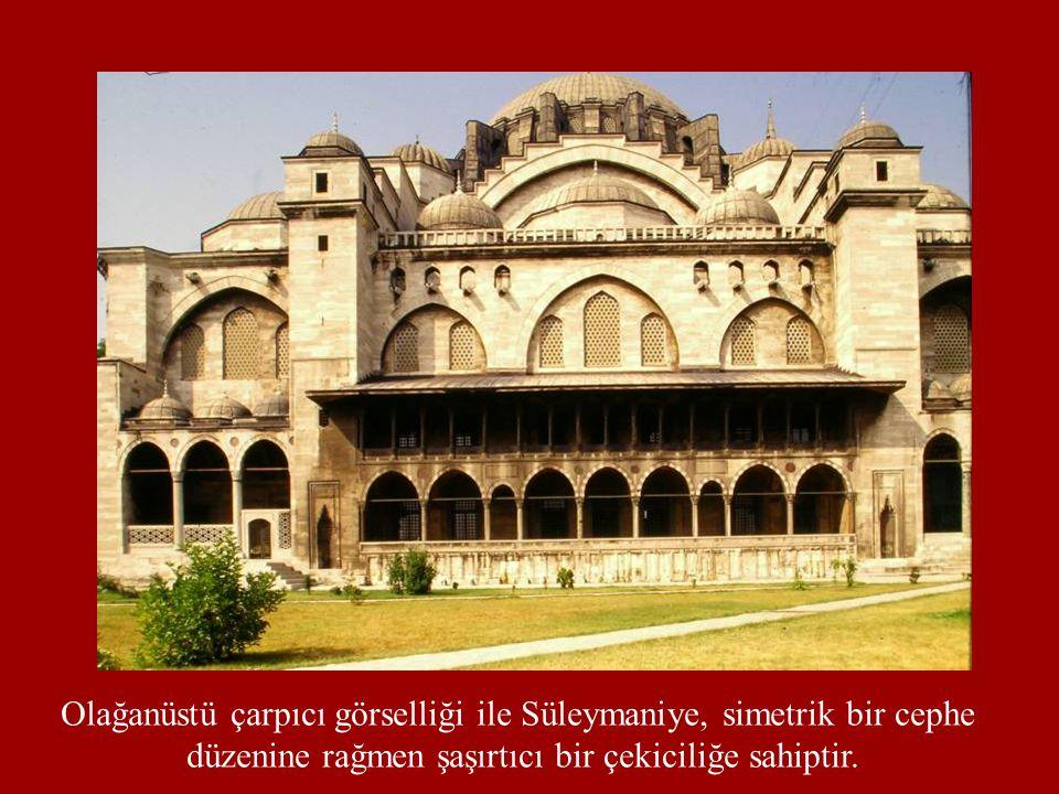 Olağanüstü çarpıcı görselliği ile Süleymaniye, simetrik bir cephe düzenine rağmen şaşırtıcı bir çekiciliğe sahiptir.