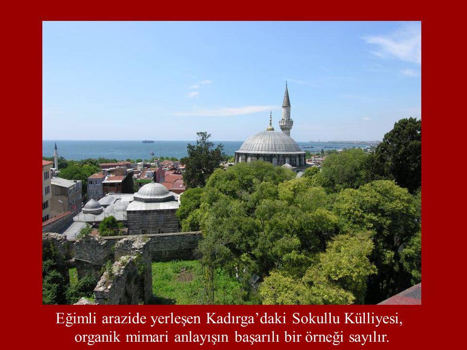 Eğimli arazide yerleşen Kadırga'daki Sokullu Külliyesi, organik mimari anlayışın başarılı bir örneği sayılır.