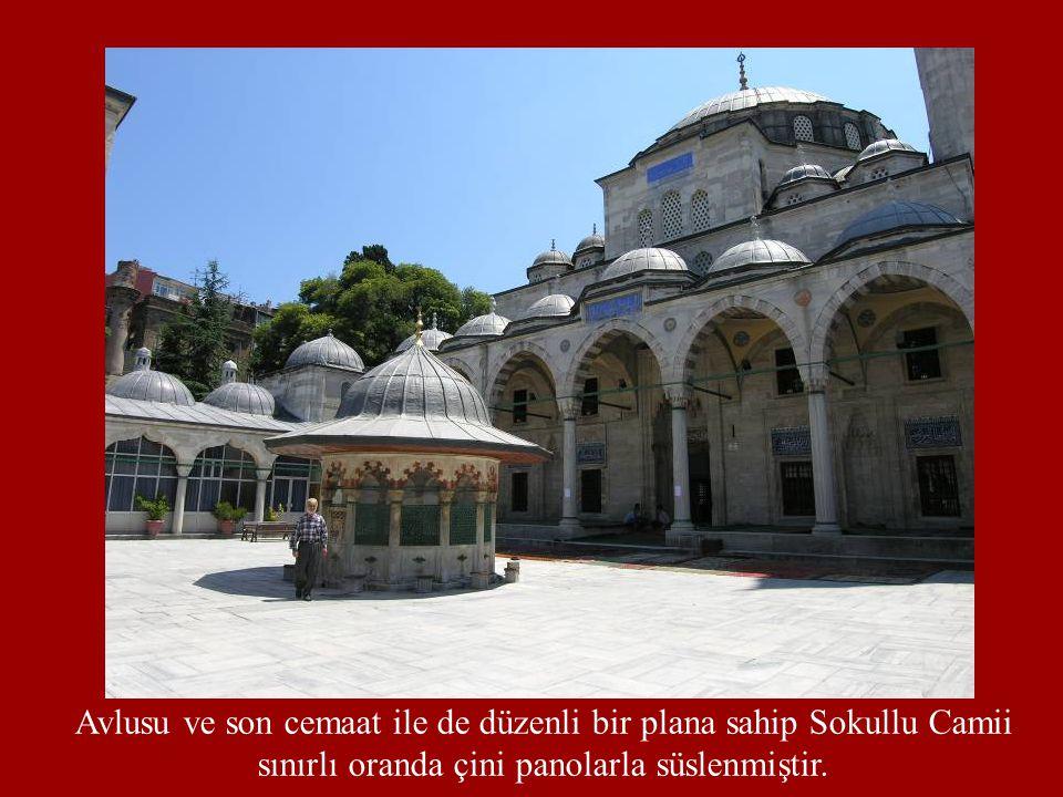 Avlusu ve son cemaat ile de düzenli bir plana sahip Sokullu Camii sınırlı oranda çini panolarla süslenmiştir.