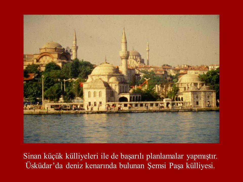 Sinan küçük külliyeleri ile de başarılı planlamalar yapmıştır. Üsküdar'da deniz kenarında bulunan Şemsi Paşa külliyesi.