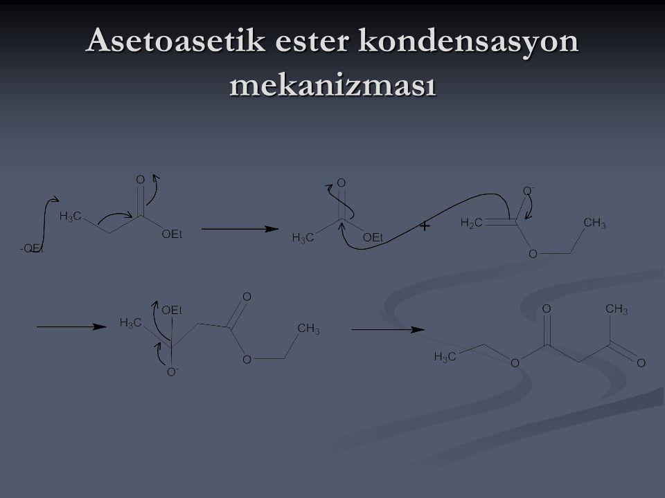 Etil asetat,sodyum etoksit ile tepkimeye girdiğinde kondensasyon tepkimesine uğrar.Asitlendirmeden sonra ürün bir keto ester,etil asetoasetat(asetoasetik ester)tır.Mekanizmanın ilk basmağında sodyumetoksit gibi kuvvetli bir baz kullanılarak etil asetat enolat anyonuna dönüşür.Daha sonra oluşan bu enolat anyonu tekrar etil asetatın karbonil karbonuna saldırarak oksijenin çiftli bağından bir tanesinin kırılmasına neden olur.Bu kararsız yapıyı sevmeyen oksijen üzerindeki ortaklanmamış elektron çiftleri kapanarak karbonla tekrar çiftli bağ oluşturduğu sırada etoksit ile karbon arasındaki bağ kırılır,etoksit yapıdan uzaklaşır ve asetoasetik ester oluşur.