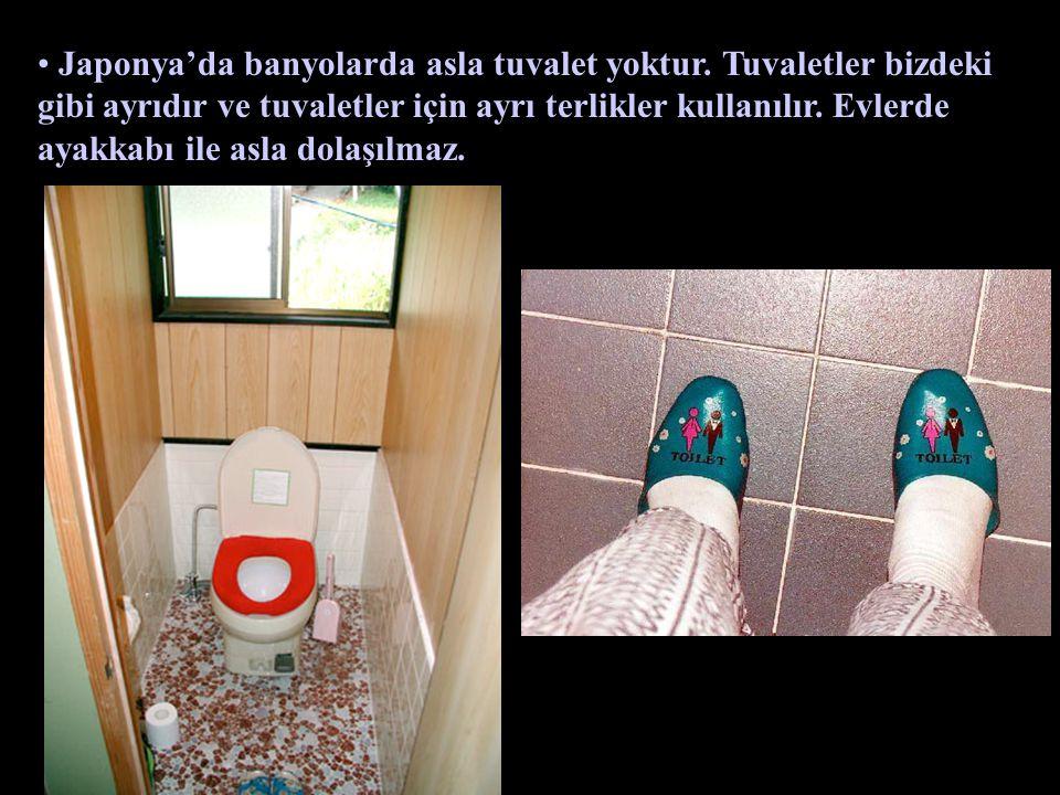 Japonya'da banyolarda asla tuvalet yoktur. Tuvaletler bizdeki gibi ayrıdır ve tuvaletler için ayrı terlikler kullanılır. Evlerde ayakkabı ile asla dol