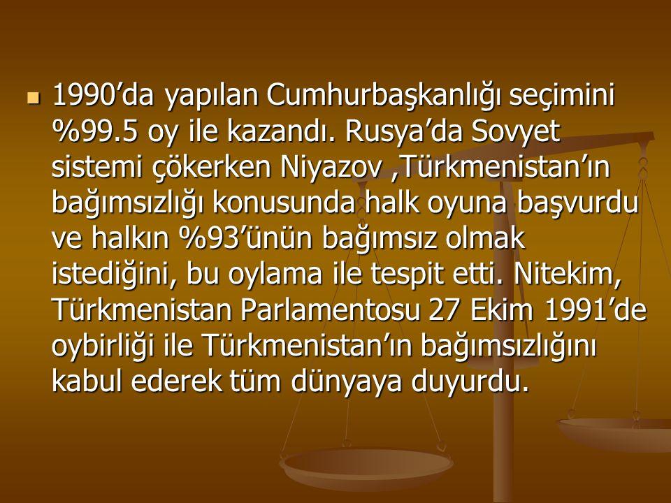 1990'da yapılan Cumhurbaşkanlığı seçimini %99.5 oy ile kazandı. Rusya'da Sovyet sistemi çökerken Niyazov,Türkmenistan'ın bağımsızlığı konusunda halk o