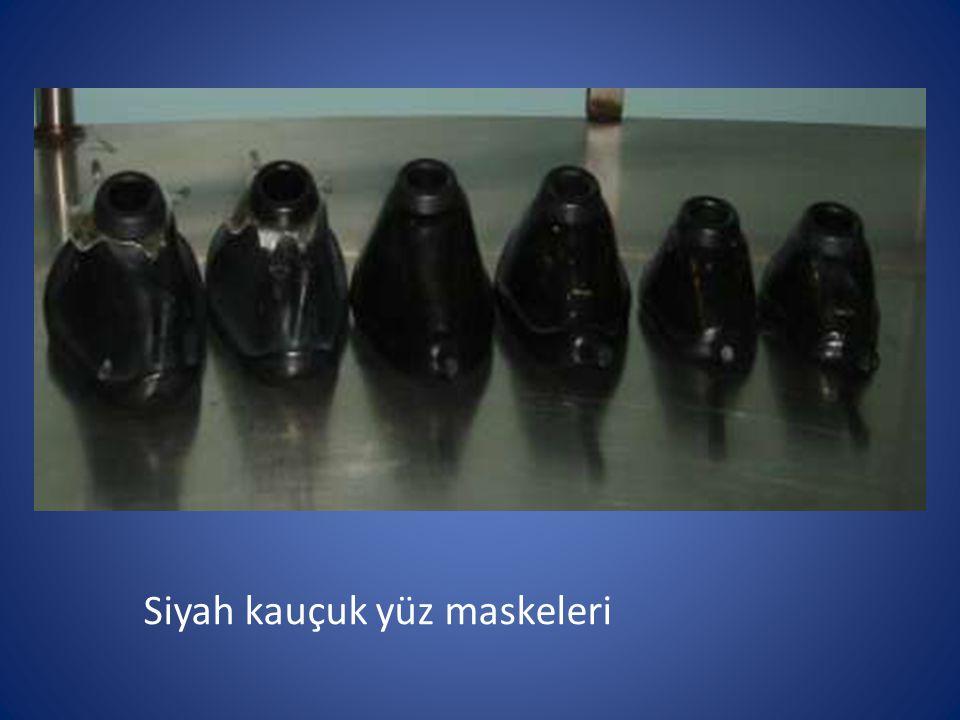 Siyah kauçuk yüz maskeleri