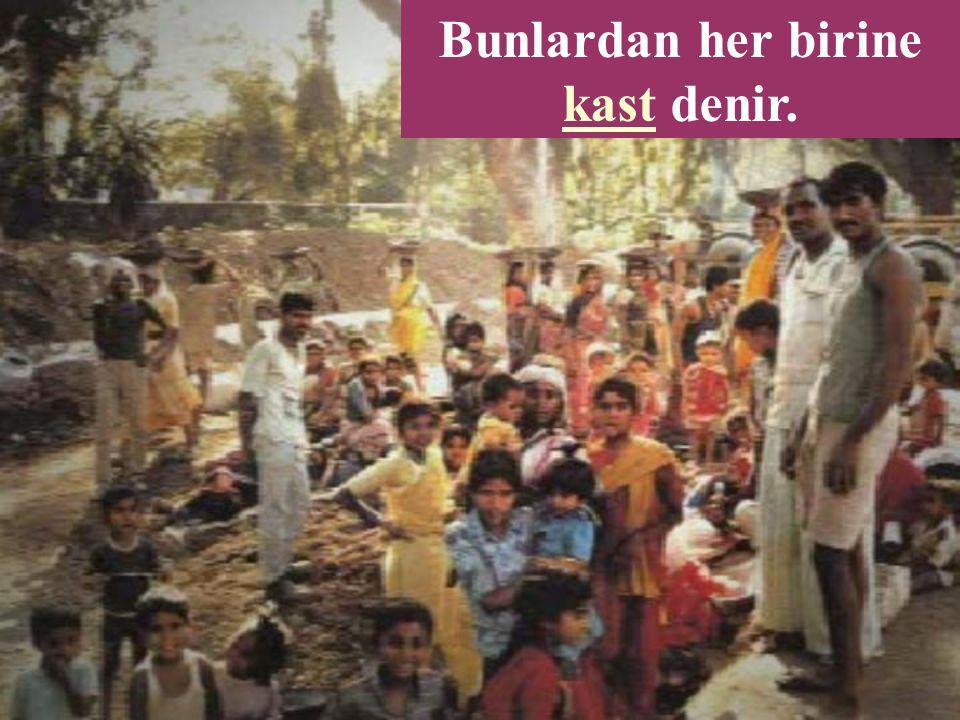 Hinduizm'de insanlar çeşitli sınıflara ve sosyal tabakalara ayrılır.