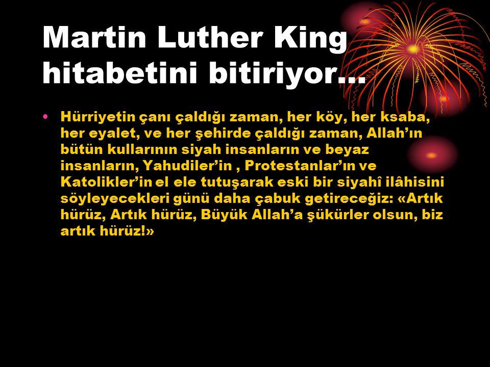 Martin Luther King hitabetini bitiriyor… Hürriyetin çanı çaldığı zaman, her köy, her ksaba, her eyalet, ve her şehirde çaldığı zaman, Allah'ın bütün k