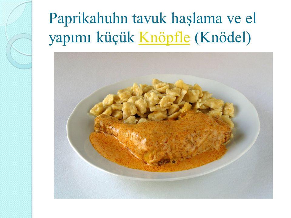 Paprikahuhn tavuk haşlama ve el yapımı küçük Knöpfle (Knödel)Knöpfle