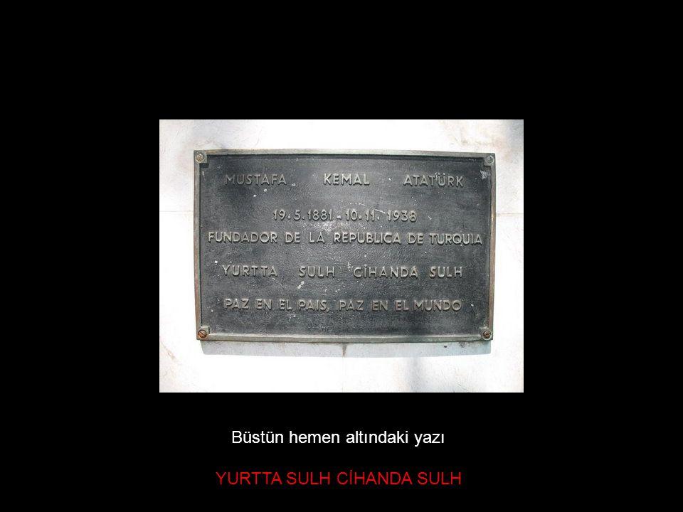 Büstün hemen altındaki yazı YURTTA SULH CİHANDA SULH