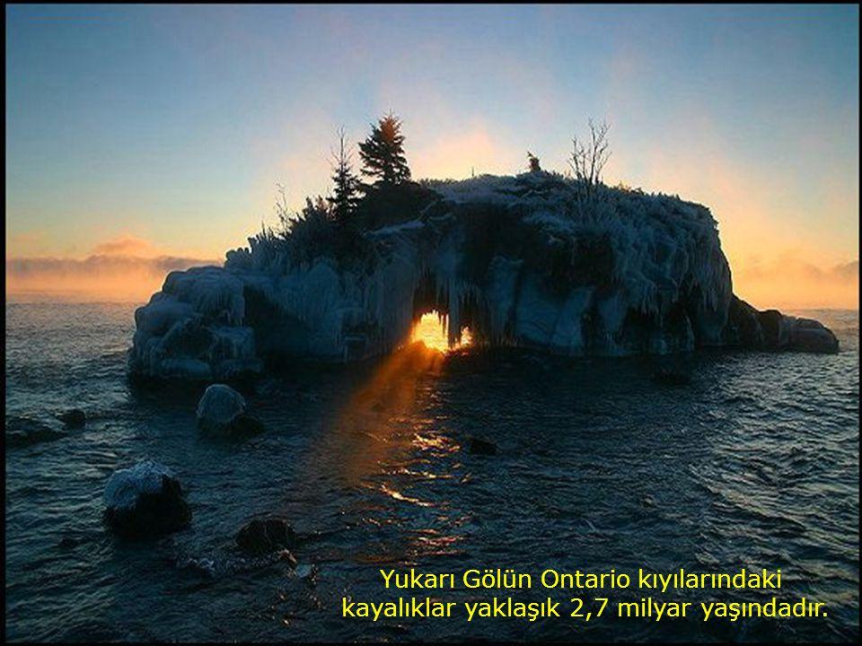Yukarı Gölün Ontario kıyılarındaki kayalıklar yaklaşık 2,7 milyar yaşındadır.
