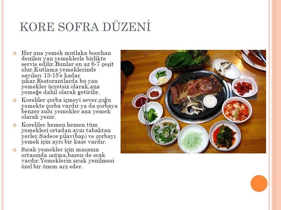 KORE SOFRA DÜZENİ Her ana yemek mutlaka boochan denilen yan yemeklerle birlikte servis edilir.Bunlar en az 6-7 çeşit olur.Kutlama yemeklerinde sayıları 13-15'e kadar çıkar.Restorantlarda bu yan yemekler ücretsiz olarak,ana yemeğe dahil olarak getirilir.
