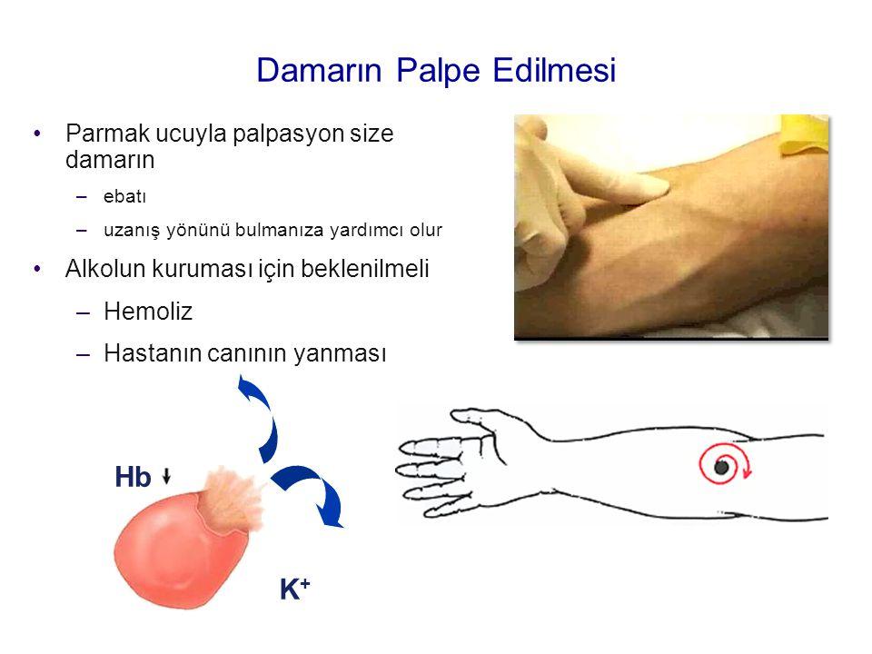 Parmak ucuyla palpasyon size damarın –ebatı –uzanış yönünü bulmanıza yardımcı olur Alkolun kuruması için beklenilmeli –Hemoliz –Hastanın canının yanma